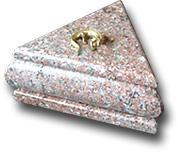 Шкатулка из криноида треугольная с ящерицей на крышке