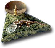 Подсвечник треугольный с ящерицей,галтовкой, чашечкой из латуни