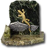 Скол из яшмы и змеевика  с ящеркой