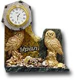 Часы-скол из змеевика и галтовки c фигуркой птицы