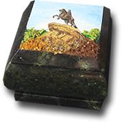 Шкатулка из змеевика с рисунком на крышке
