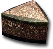 Шкатулка треугольная из змеевика и криноидного известняка