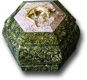 Шкатулка 6-гранная  из змеевика и криноида